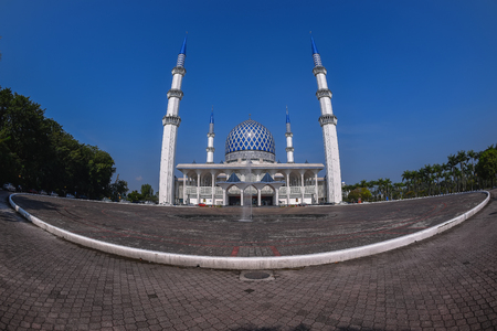 alam: View of panoramic Sultan Salahuddin Abdul Aziz Shah mosque during evening. It is located in Shah Alam and is Malaysias largest mosque. Capture via fish eyes lens