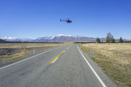 アオラキ/マウント ・ クック、ニュージーランド 2014 年 4 月 17 日;正体不明のヘリコプターが素晴らしい西海岸、南の島、ニュージーランド上空を飛行します。 写真素材 - 48867682