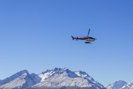 アオラキマウント ・ クック、ニュージーランド 2014 年 4 月 16 日;正体不明のヘリコプターが素晴らしい西海岸、南の島、ニュージーランド上空を飛 報道画像