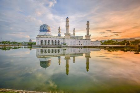 コタ キナバル市内のモスク、サバ州での朝の景色 写真素材 - 48518909