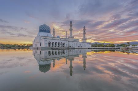 リカス コタ キナバル モスク、ボルネオの美しい日の出 写真素材 - 48518319