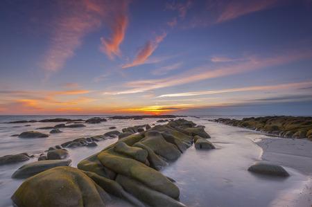夕日とクダット ビーチ、ボルネオでの石 写真素材 - 48544085