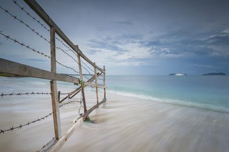 スローモーション海の波とビーチへのゲートウェイ 写真素材 - 48615133