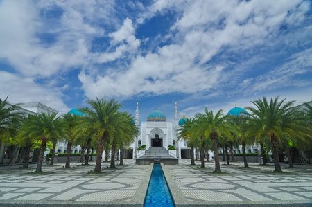 風景の白着色されたモスク アル-Bukharie は、アロースター、噴水とフォア グラウンドと青空の背景には雲と正方形マレーシア ・ ケダ州に位置します。 写真素材 - 48712647