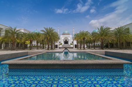 美しい白着色されたモスク アル Bukharie アロースター、マレーシア ・ ケダの噴水とフォア グラウンドと青空の背景には雲を正方形の状態にあるのです。 写真素材 - 48712652
