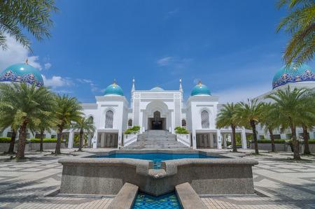ビューのモスク アル-Bukharie は、アロースター、噴水とフォア グラウンドと青空の背景には雲と正方形マレーシア ・ ケダ州に位置します。 写真素材 - 48712648