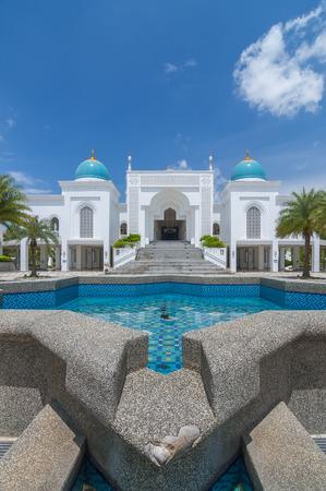 垂直ビューの白い色モスク アル-Bukharie は、アロースター、マレーシア ・ ケダの噴水とフォア グラウンドと青空の背景には雲と正方形の状態にあります。 写真素材 - 48712649