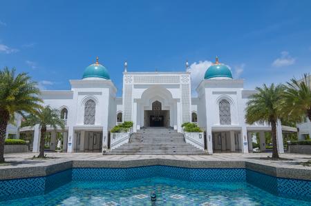 玄関の白い色モスク アル-Bukharie は、アロースター、噴水とフォア グラウンドと青空の背景には雲と正方形マレーシア ・ ケダ州に位置します。 写真素材 - 48712654