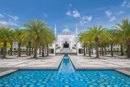 風景の白着色されたモスク アル-Bukharie は、アロースター、噴水とフォア グラウンドと青空の背景には雲と正方形マレーシア ・ ケダ州に位置します。 写真素材 - 48712659