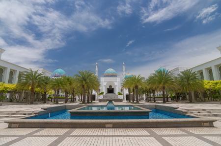 風景の白着色されたモスク アル-Bukharie は、アロースター、噴水とフォア グラウンドと青空の背景には雲と正方形マレーシア ・ ケダ州に位置します。 写真素材 - 48712661