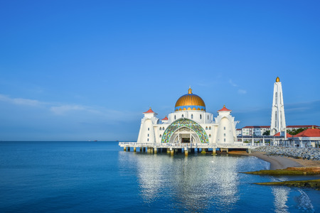 フローティング モスクの青い空と朝のシーン 写真素材
