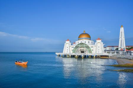 不明なボートでフローティング モスクの美しい