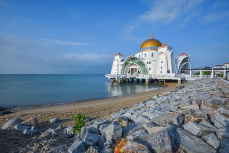 マラッカ、マレーシアの海の海峡モスクのビュー 写真素材
