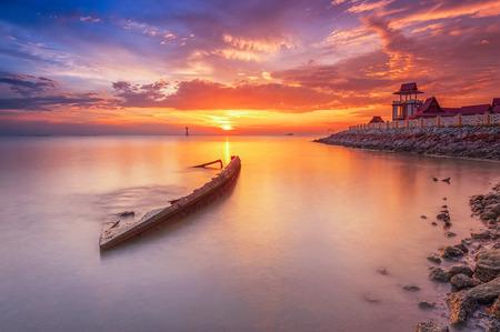 マラッカ、マレーシアで日没時に放棄された船