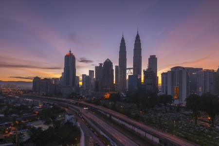 クアラルンプール、マレーシア - 2015 年 12 月 12 日;シティ センターや klcc クアラルンプール マレーシアに昇る