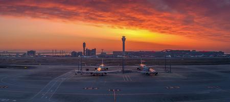 東京, 日本 - 2014 年 5 月 9 日;東京空港の夕暮れ 写真素材 - 50471466