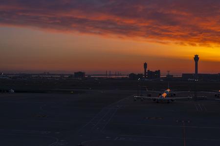 2014 年 5 月 9 日 - 東京都: 東京空港の夕暮れ 写真素材 - 50471468