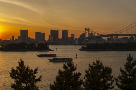 東京のスカイラインとレインボー ブリッジの夕景 写真素材