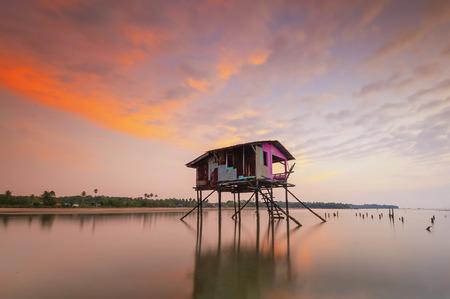 美しい夕日の中に浮かぶ、ハウスを放棄