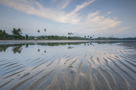 マレーシア ・ サバ州、ボルネオ島村で朝の反射を表示