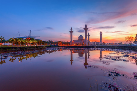 alam: Tengku Ampuan Jemaah Mosque at Sunrise, Bukit Jelutong, Shah Alam Malaysia