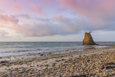 石とマレーシア ・ ボルネオ ・ サバ州アセアンで日没時にビーチ 写真素材 - 62564112