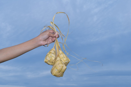 Ketupat (団子) は東南アジアでお祭りのシーズン中に地元の珍味です。Ketupat、炊飯の若いココナッツから作られた自然米ケーシングを残します。 写真素材