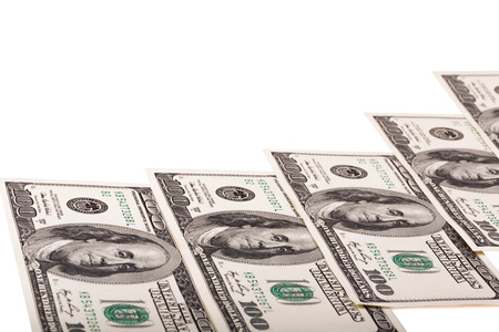 geschwungene linie: Hundert-Dollar-Scheine liegen entlang gekr�mmte Linie