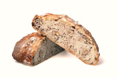 クルミは、白い背景で隔離の穀物パン 写真素材