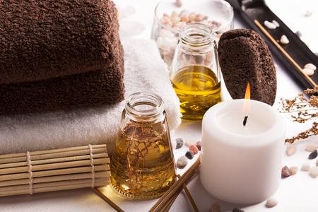 Spa still life: huile de massage, des serviettes, des cailloux et des herbes Banque d'images