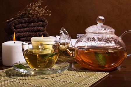 スパのある静物: 緑茶、アロマオイル、タオル: 緑茶、アロマオイル、タオル