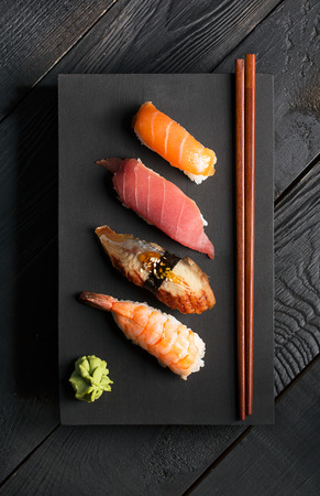 魚と米と伝統的な日本の寿司