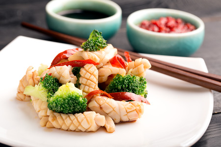 Traditional chinese salad with squid and cauliflower Imagens