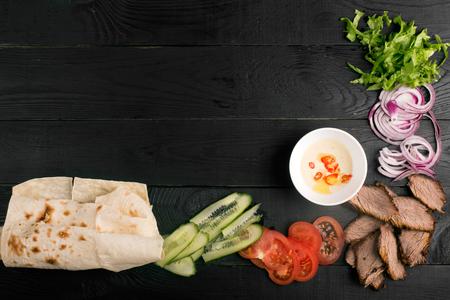 伝統的な肉と野菜のドネルケバブ。コピー領域と背景 写真素材