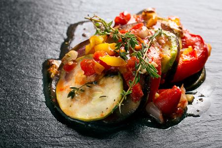 Pisto francés tradicional con verduras y hierbas Foto de archivo - 51365680