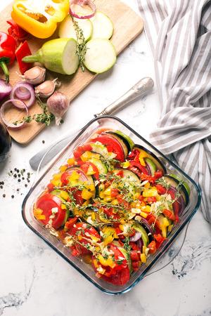 伝統的なフランスのラタトゥイユ野菜とハーブ