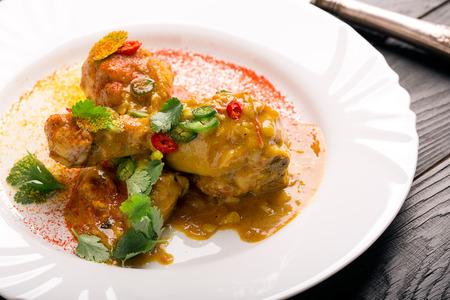 thighs: muslos de pollo delicioso con salsa de curry y chile Foto de archivo