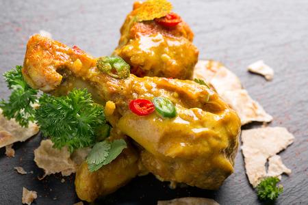 muslos: muslos de pollo delicioso con salsa de curry y chile Foto de archivo