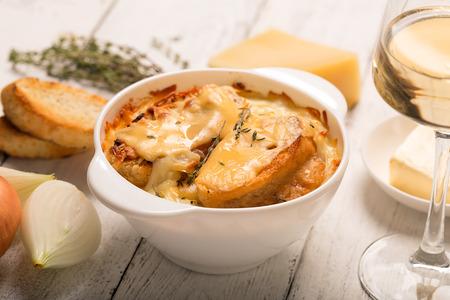 흰색 테이블 (전통 요리)에 재료와 프랑스 양파 수프