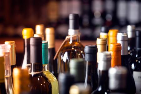 Flessen wijn op de planken van een alcoholwinkel in Spanje, Alicante. Achtergrond, horizontale oriëntatie Stockfoto