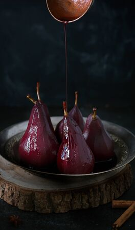 Poached Pears in red Mulled Wine With Cinnamon and ��nise Stockfoto