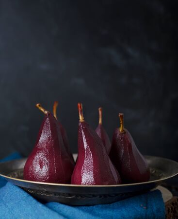Poached pears in red mulled wine with cinnamon and Anise Stockfoto - 129800423