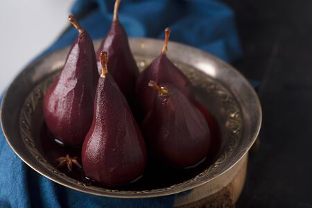 Poached pears in red mulled wine with cinnamon and Anise Stockfoto - 129800426