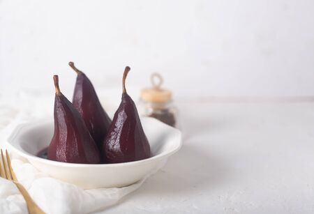 Poached Pears in red Mulled Wine Syrup With Cinnamon and Anise Stockfoto - 129800425