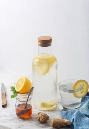 Ginger Water and its Ingredients, Such as Lemon and Honey, Vertical Orientation Stockfoto