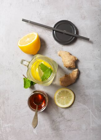 Ginger Water in Glass jar With Lemon and Honey on a Gray Concrete Background Stockfoto
