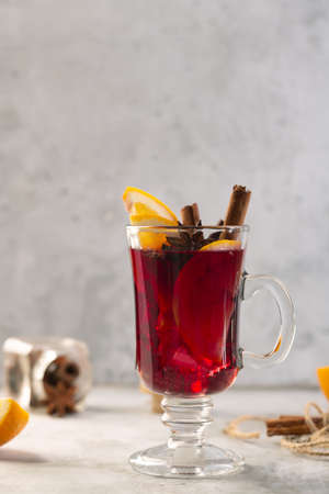 Mulled wine with slice of orange and spices such as anise, cardamom and cinnamon, vertical orientation Standard-Bild