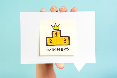 primer lugar: Mensaje Podium de los ganadores en el fondo azul Foto de archivo