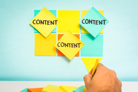 Content notities op blauwe boord. Business concept. Schets notities met blauwe achtergrond