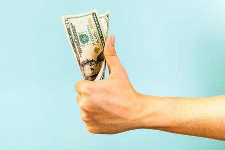 Il denaro come la mano su sfondo blu Archivio Fotografico - 35141022